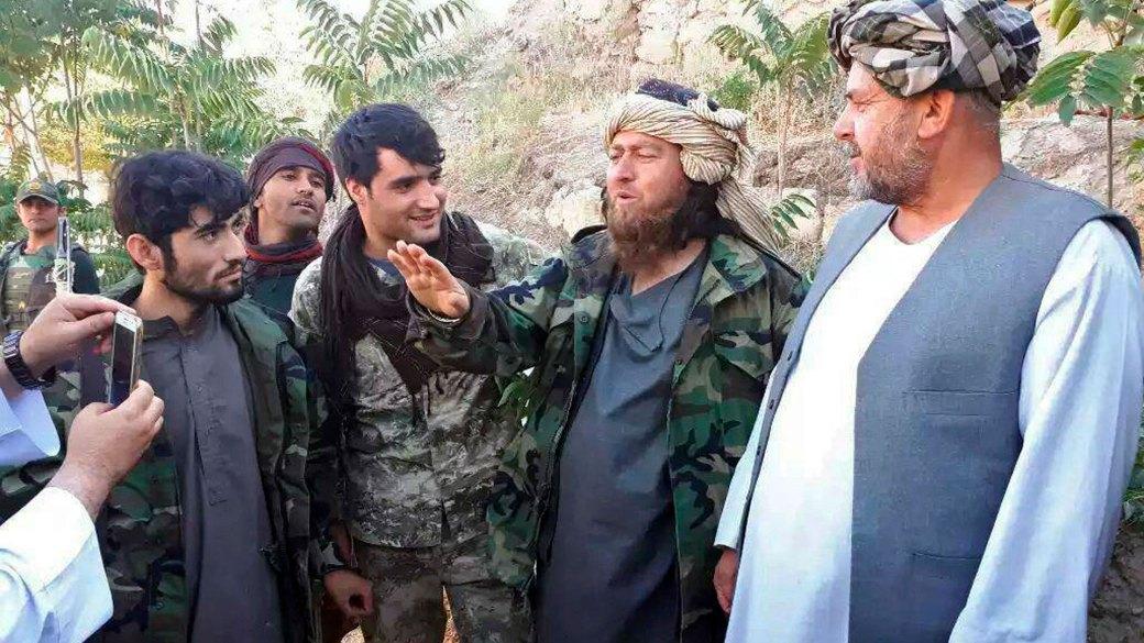 Un miembro extranjero de ISIS habla con la prensa después de la rendición de más de 150 combatientes ante las fuerzas de seguridad en Jawzjan, Afghanistan (AP Photo)