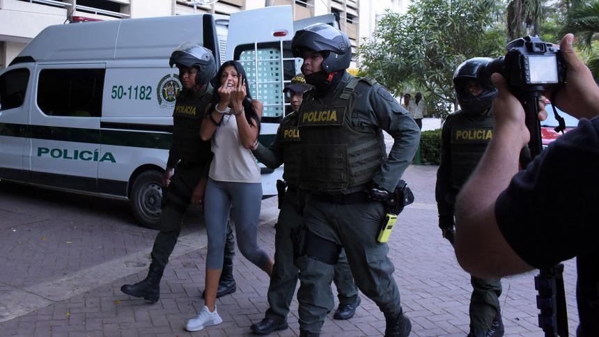 Liliana Campos escoltada por la policía