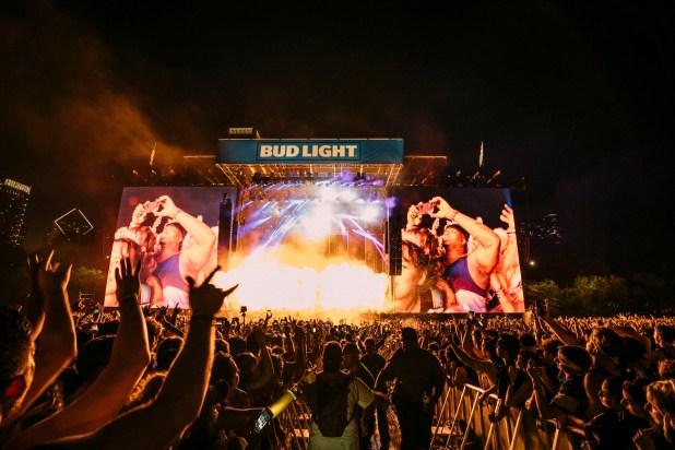 Las pantallas gigantes del escenario Bud Light.