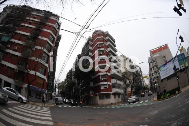 """8. Juncal y Anchorena(CABA): el 18 de agosto de 2010 """"una persona en un Passat gris oscuro chapa GIG 850"""" entregó en esa esquina US$ 1.200.000."""
