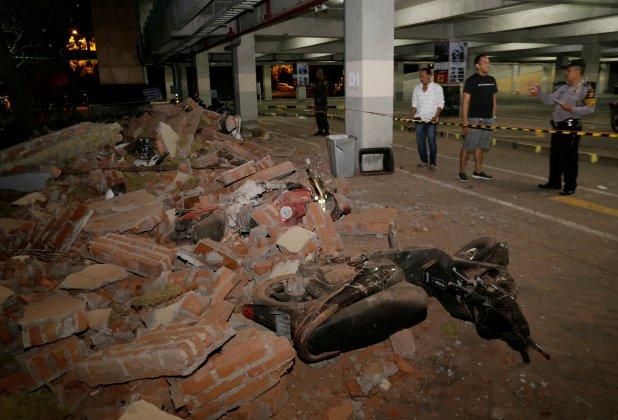 La policía revisa los escombros en un estacionamiento de un centro comercial (Reuters)