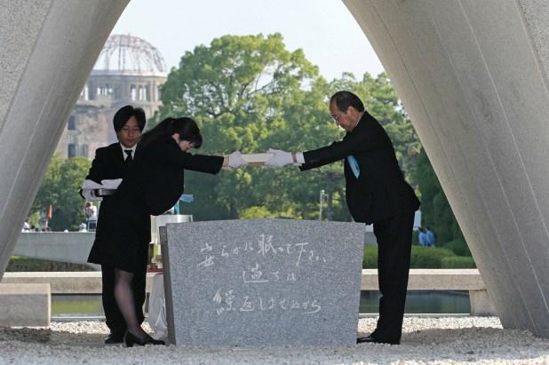 El alcalde de Hiroshima, Kazumi Matsui, recibe la lista actualizada de muertes a causa del bombardeo, incluyendo las ocurridas en el último año(AFP)