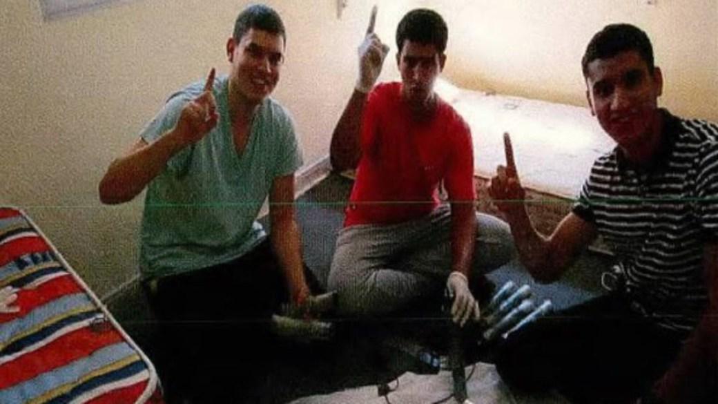 Mohamed Houli Chemlal, Youssef Aalla y Younes Abouyaaqoub. El dedo índice en alto es una señala es una declaración de fe musulmana