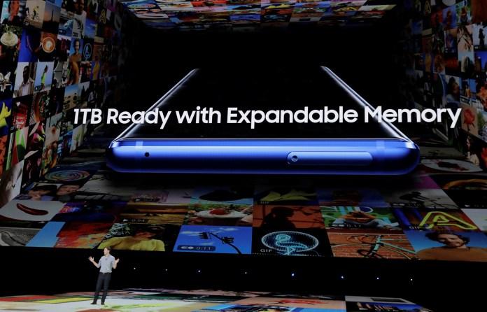 El modelo de 128 GB de almacenamiento tiene 6 GB de memoria RAM y el de 512 GB, cuenta con 8GB de RAM. (REUTERS/Lucas Jackson)