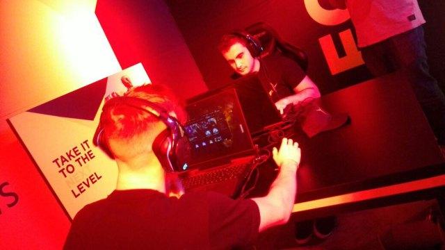 Los streamers profesionales comparten todos los días partidas en sus canales de YouTube o Twitch.