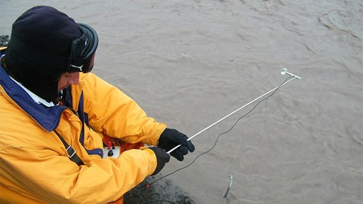 Silva Busso recoge datos de velocidad de flujo para la calibración del modelo, Arroyo Potter Sur, en las Islas Shetland del Sur, en la Antártida