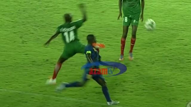 El jugador de Burundi le pegó un taconazo en la cara al de Tanzania