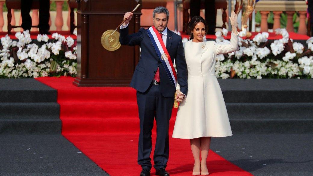 Mario Abdo Benítez junto a su esposa tras recibir la banda presidencial y el bastón (Reuters)