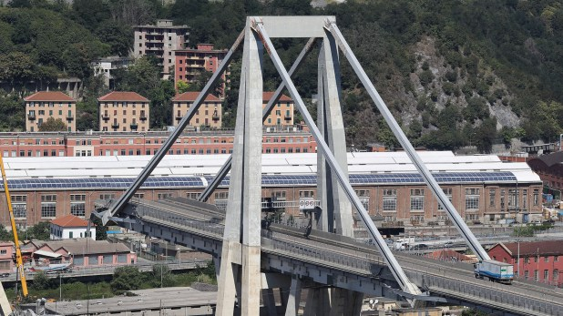 Una gran sección del puente se derrumbó el 14 de agosto durante una fuerte tormenta, matando a 43 personas y forzando la evacuación de los residentes cercanos del área densamente urbanizada
