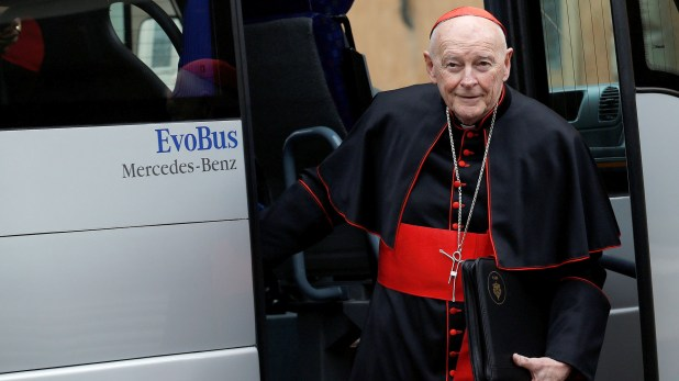 El Cardenal Theodore Edgar McCarricken una reunión en el Vaticano en marzo del 2013 (REUTERS/Alessandro Bianchi/File Photo)