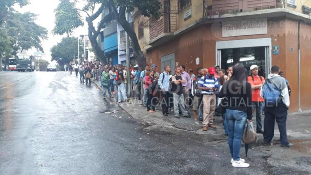 Mucha gente en las paradas de buses en Caracas (@amg9847)