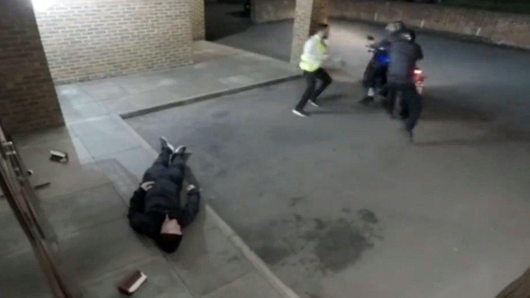 Entonces apareció un empleado de seguridad, y el agresor huyó junto al conductor de la motocicleta
