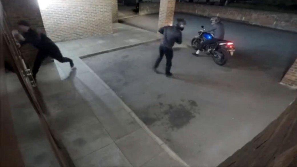 El primero de los ladrones trató de romper la puerta de la tienda con una piedra