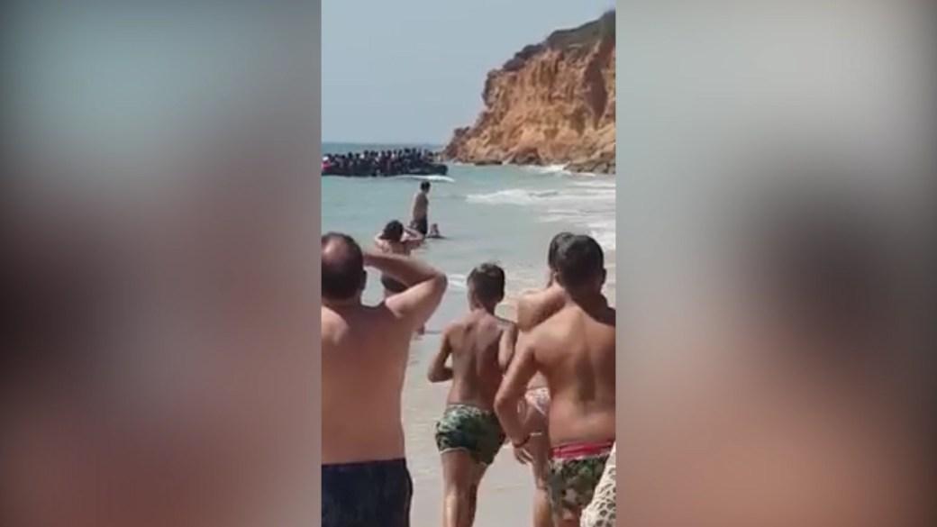 Los migrantes llegaron en un bote inflable semirrígido