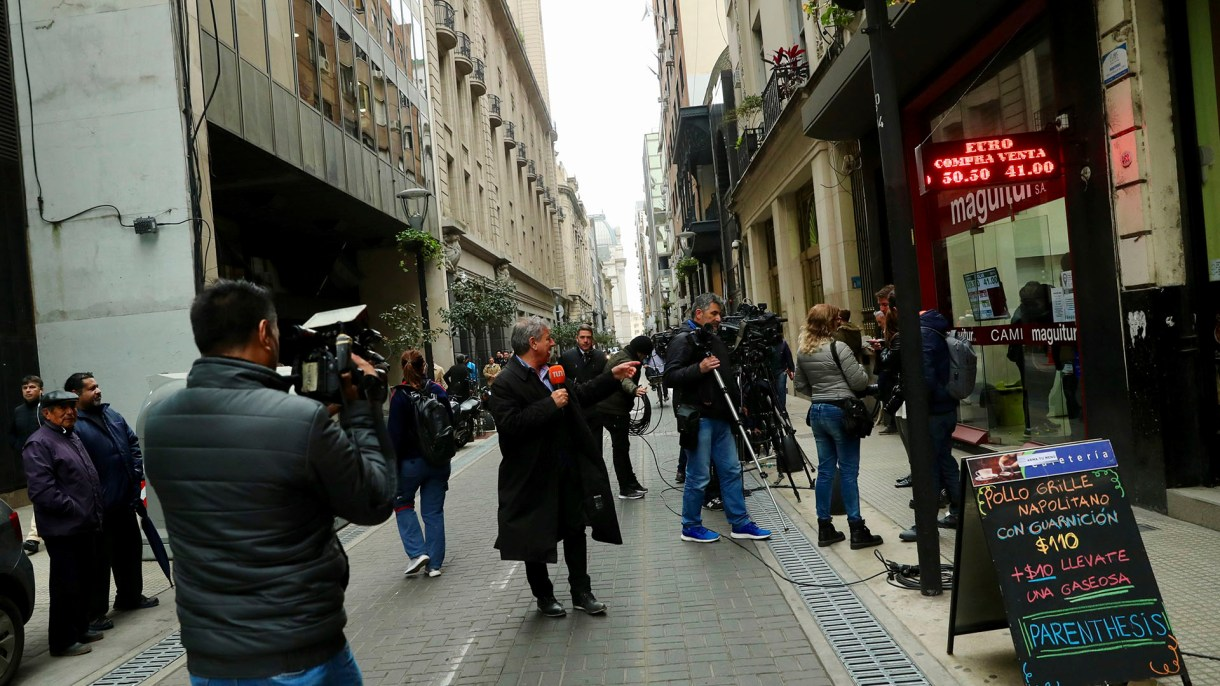 Las pizarras electrónicas de la city porteña, centro de atención cada vez que se agita la cotización del dólar (Reuters)