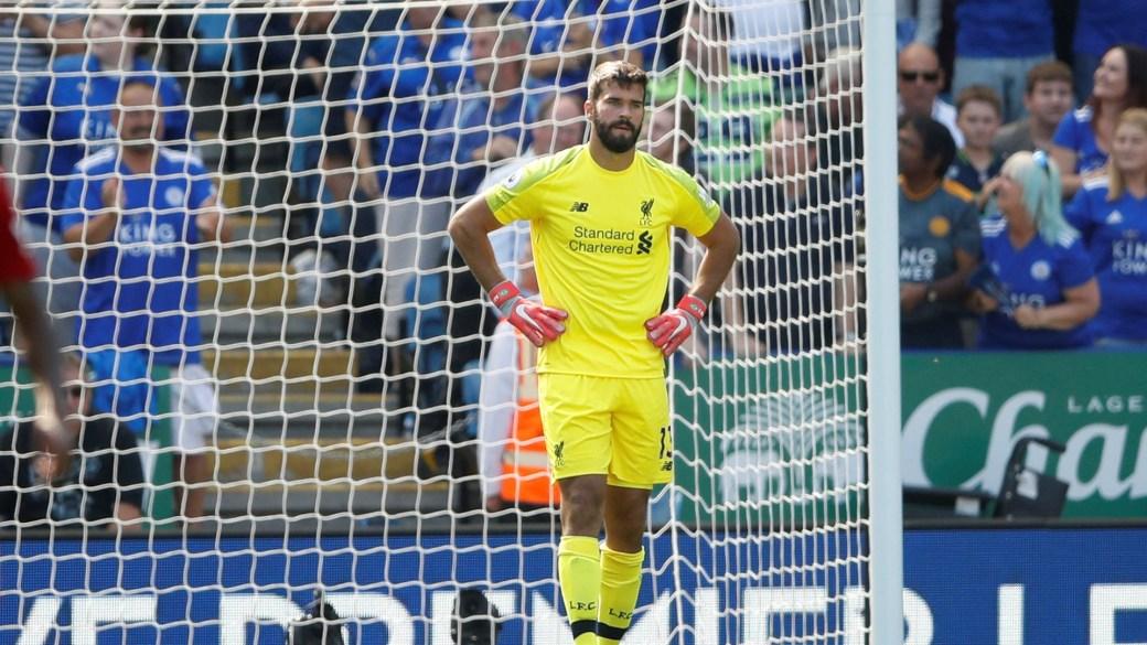 Alisson Becker cometió un error ante el Leicester City y revivió los fantasmas de Karius en el Liverpool (Reuters)
