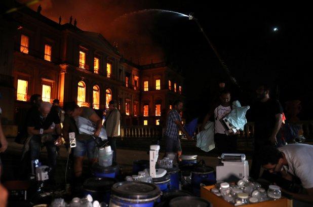 Personas rescatan todo los objetos que pueden durante el incendio(Reuters)