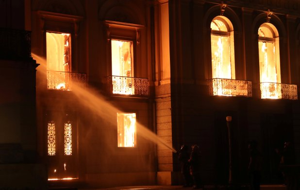 Bomberos trabajan para apagar las llamas (Reuters)