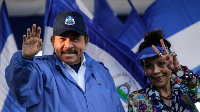 Daniel Ortega y su esposa, Rosario Murillo (AFP)