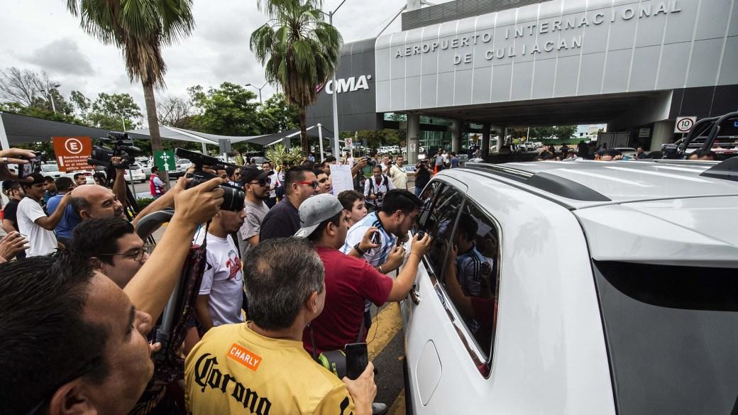 """Fanáticos, fotógrafos: el fervor por el """"Diez"""", en una imagen (Foto: AFP)"""