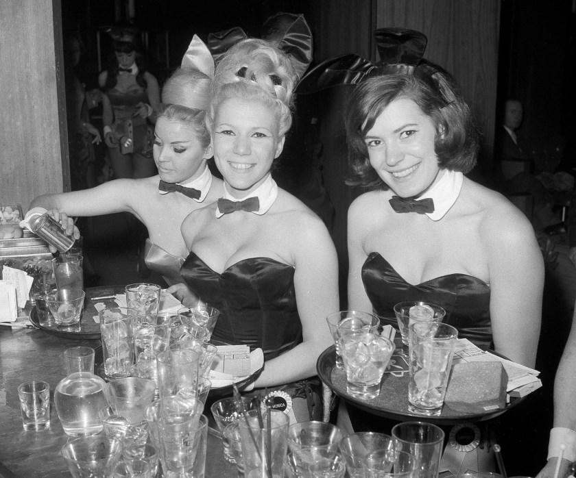 Erika Hellmann, Monicai Schaller y Sabrina Scharf sirven tragos en el Playboy Club de Manhattan el 15 de enero de 1963 (AP Photo/John Lent,)