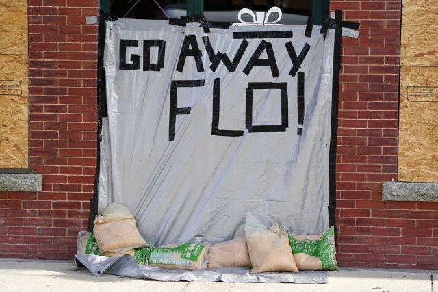 Mensaje en un edificio tapiado antes de la llegada del huracán Florence a Oak Island, Carolina del Norte (REUTERS/Carlo Allegri)