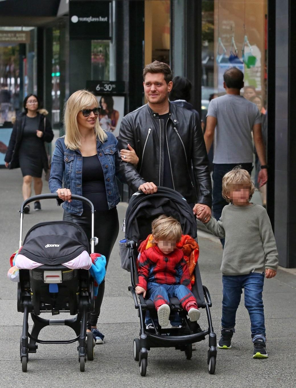 Michael Bublé junto a su esposa, Luisana Lopilato, y sus tres hijos (Photo © 2018 Backgrid/The Grosby GroupSpain)