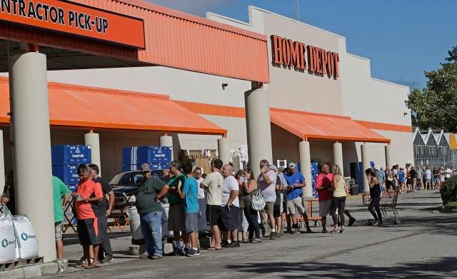 Las personas se alinean frente a Home Depot para un nuevo suministro de generadores y contrachapados antes del huracán Florence en Wilmington, Carolina del Norte (AP Photo/Chuck Burton)