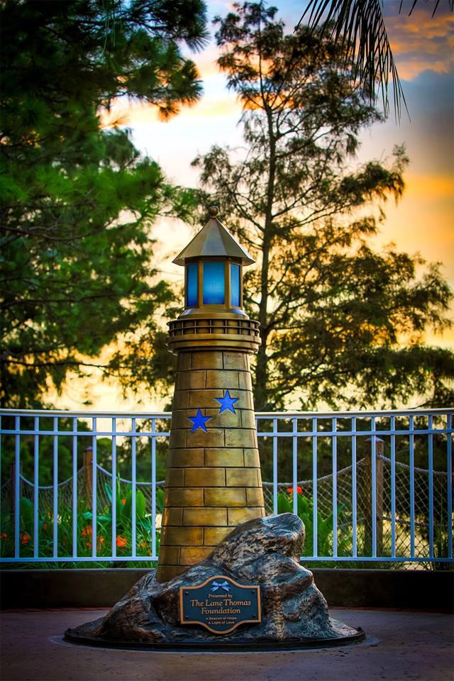 El faro que Disney World hizo en honor a Lane Graves y laorganización que crearon sus padres, la Fundación Lane Thomas