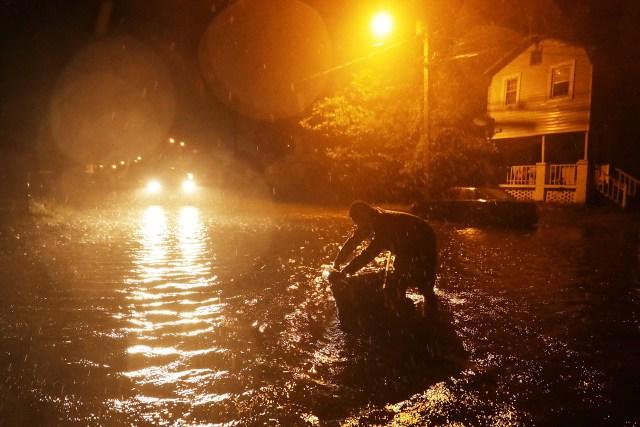 La gente trata de salvar lo que tiene antes de evacuar sus hogares.