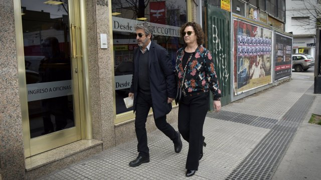 Ricardo Darín y Florencia Blas llegaron a la mañana a la Casa Zucotti, donde velaron a su mamá, Reneé (Gustavo Gavotti / Teleshow)
