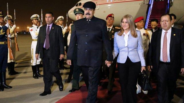 Nicolás Maduro y su esposa en la llegada a China (AFP)