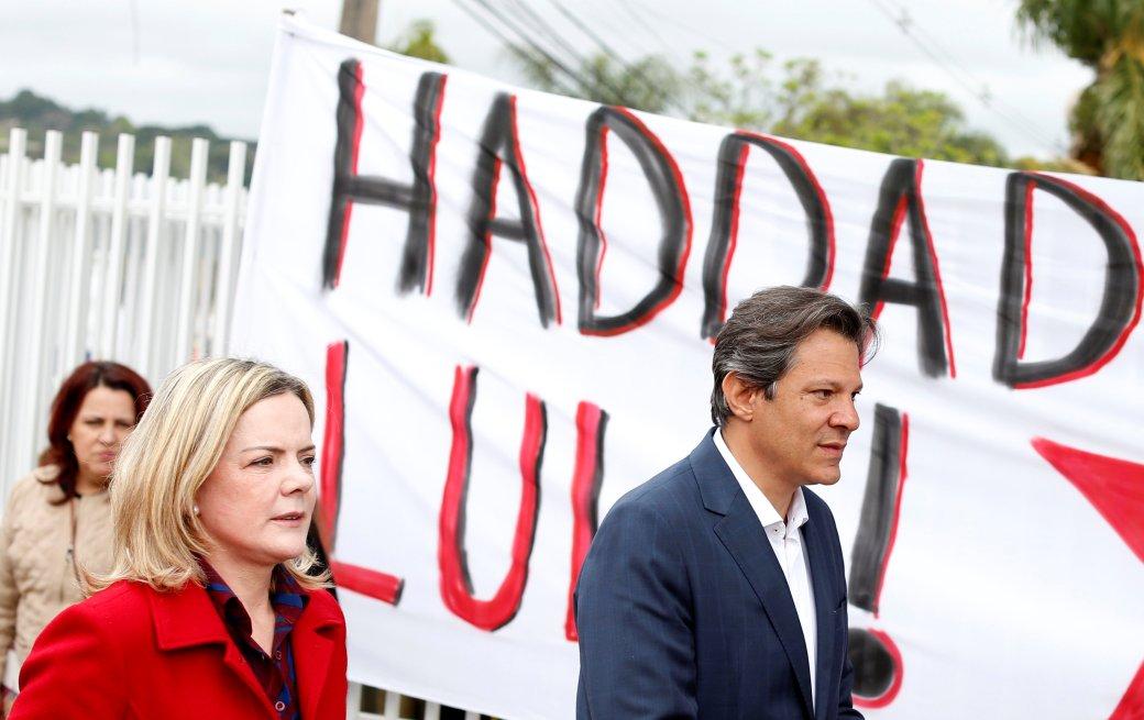 Fernando Haddad y la senadora Gleisi Hoffmann tras visitar a Lula en prisión (REUTERS/Rodolfo Buhrer)