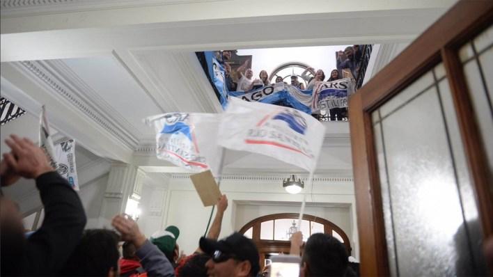 La protesta fue violenta y se generó luego de que se suspendiera una reunión entre los trabajadores y el ministro Hernán Lacunza