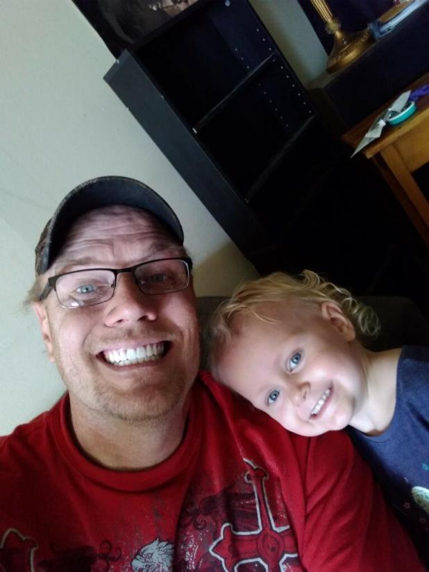 Howard junto con su hijo