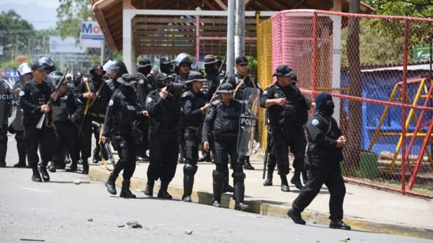 La policía reprimió con la colaboración de grupos paramilitares (@SOSnicaragua11)