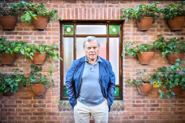 Con la idea de irse, en 1985, Sorrell realizó una inversión personal en un fabricante de canastas de alambre, que cotizaba públicamente como Wire and Plastic Products. Cuando dejó Saatchi, al año siguiente, rebautizó a WPP y se instaló en una oficina londinense de una sola habitación que compartió con un asociado (Guille Llamos)