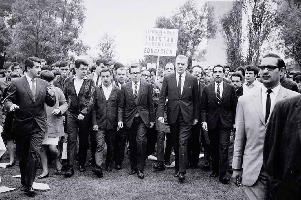 El rector Barros Sierra encabezando una de las protestas