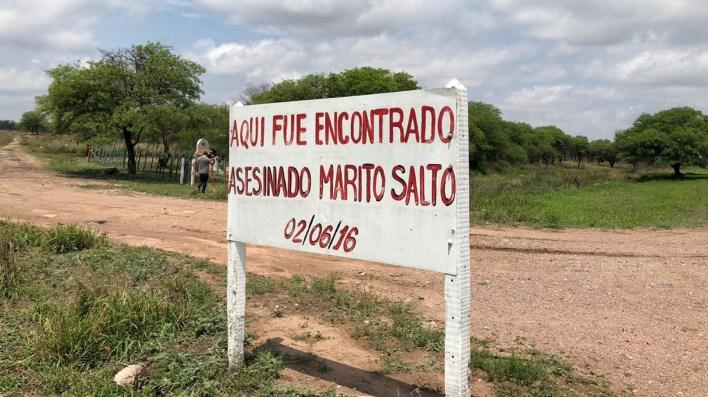 El cartel en las afueras del pueblo que marca donde fue encontrado el cuerpo desmembrado.
