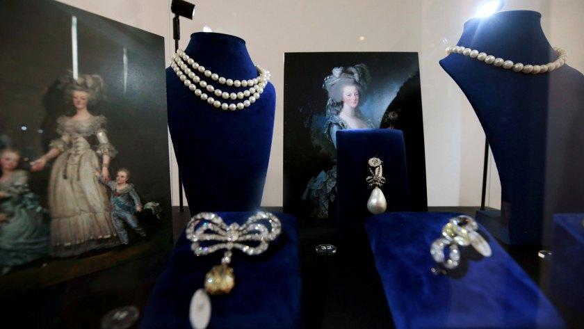 Las joyas de la reina en exhibición cuentan con un colgante de perlas naturales y diamantes de 49 quilates, al igual que collares, prendedores y aros valuados en un total de entre USD 1,5 y USD 3 millones