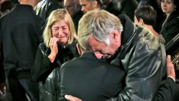 La madre de Marinova, llora durante el servicio religioso antes del funeral de su hija (AP Photo/Vadim Ghirda)