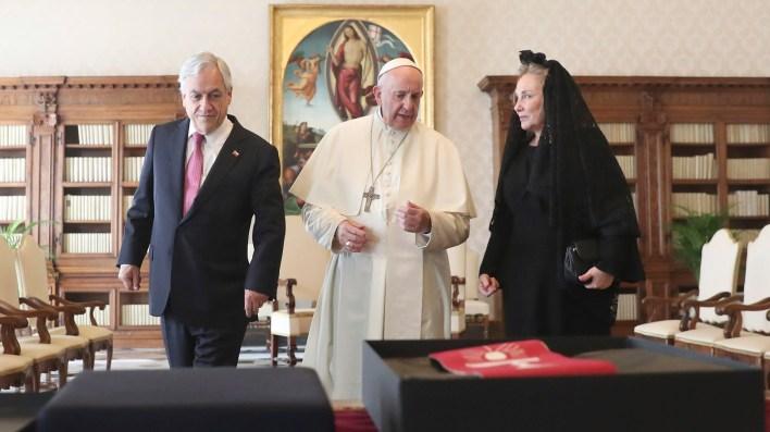 La esposa de Piñera, Cecilia Morel, acompañó al presidente chileno en su visita al Papa (AP)