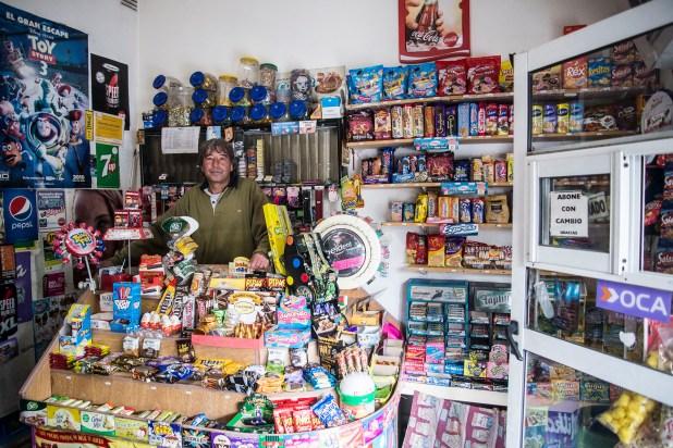 Fabián tiene dos hijos y hace 10 años que maneja el kiosco en Coghlan