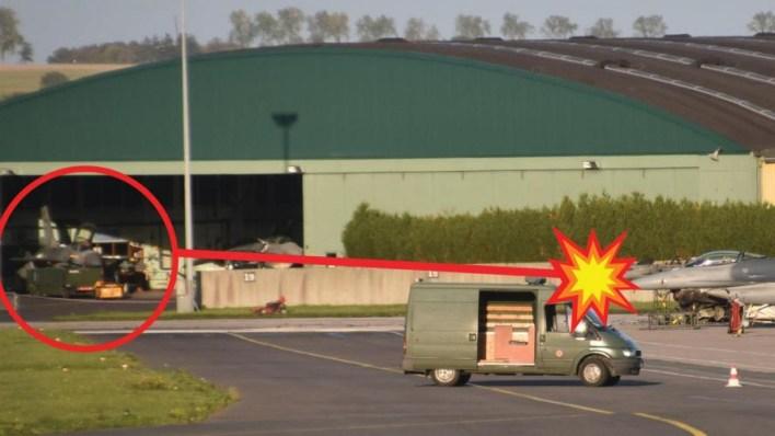 En esta imagen puede verse el F-16 que disparó, dentro del hangar, contra otras dos aeronaves en tierra (Scramble)