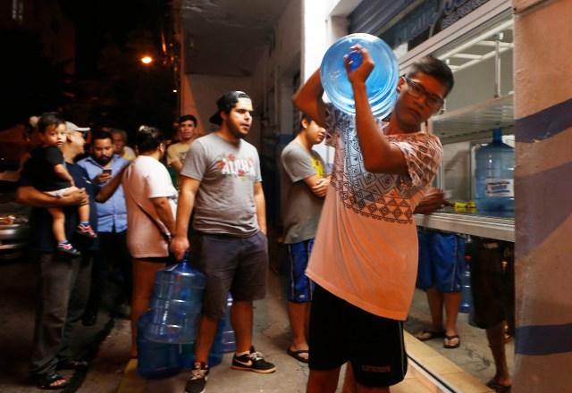 Ciudadanos se abastecen de agua en Mazatlan, Mexico, antes de la llegada del potencialmente catastrofico huracán Willa (AP /Marco Ugarte)