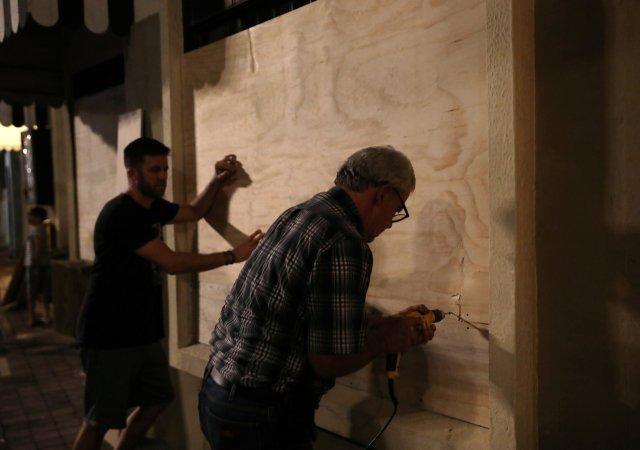 Habitantes se preparan al impacto de Willa en Mazatlán (REUTERS/Henry Romero)