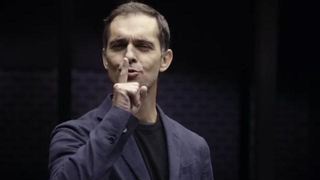 Pedro Alonso aparece en el video. Su personaje muere al final de la segunda temporada