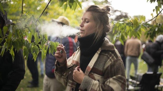 La industria del cannabis se está enfocando en otros grupos sociales, como las mujeres, para expandir el negocio de la venta de marihuana (Ian Willms / Getty Images)