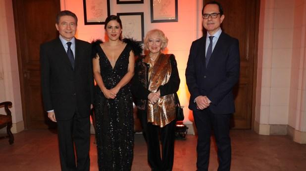 El embajador Zevelakis recibiendo al embajador de Francia, Pierre-Henri Guignard, su mujer Marie Carmen y Carminne Dodero, quien también fue anfitriona de la cena