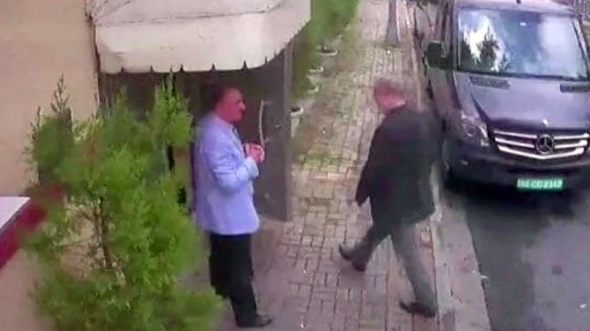 La última imagen de Khashoggi, ingresando al consulado saudita en Estambul (Reuters)